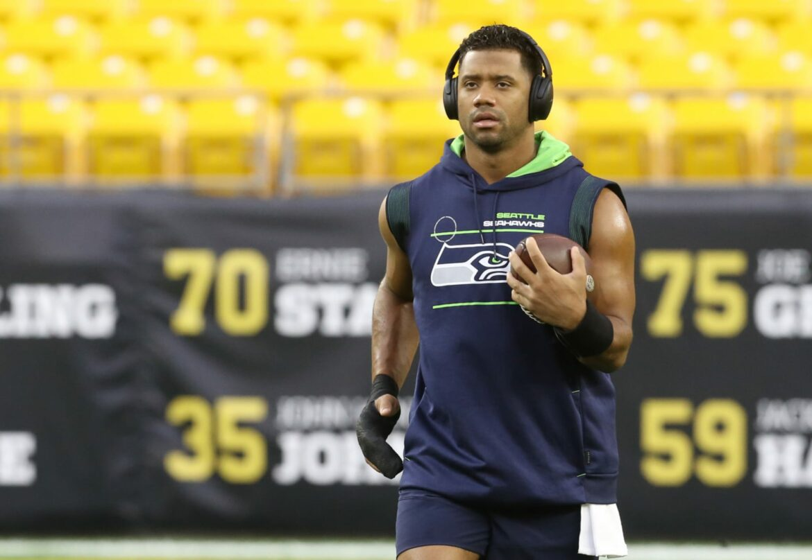 Injured Russell Wilson sets new bar for corny looks with pregame workout (Video)